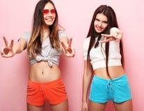 Emociones, gente, adolescencias y concepto de la amistad - dos adolescentes jovenes Foto de archivo libre de regalías