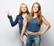 Emociones, gente, adolescencias y concepto de la amistad - dos adolescentes jovenes Fotos de archivo libres de regalías