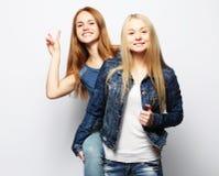 Emociones, gente, adolescencias y concepto de la amistad - dos muchachas adolescentes jovenes Foto de archivo