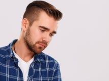 emociones Hombre joven en camisa azul Fotografía de archivo libre de regalías