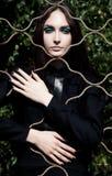 Emociones. Mujer bonita en la jaula que presenta al aire libre Foto de archivo libre de regalías
