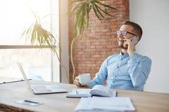 Emociones positivas Concepto del asunto Encargado caucásico adulto profesional alegre de las finanzas en vidrios y camisa azul imagen de archivo