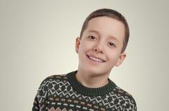 emociones Retrato joven del muchacho Muchacho sonriente que mira la cámara Fotos de archivo