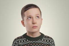 emocje Chłopiec patrzeje up emocje mały chłopiec płacz Studio port Obraz Stock