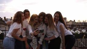 Emocjonalna drużka i atrakcyjne dziewczyny opowiada selfie z telefonem komórkowym i ono uśmiecha się Kaukaskie dziewczyny w bielu zbiory