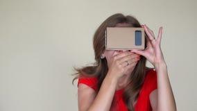 Emocjonalna dziewczyna dostaje straszącą widok od rzeczywistość wirtualna szkieł zbliżenie zbiory wideo