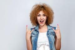 Emocjonalna kędzierzawego włosy dziewczyna w przypadkowym stylu Zdjęcia Stock