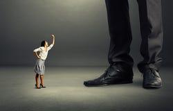 Emocjonalna kobieta krzyczy przy dużym mężczyzna Fotografia Royalty Free
