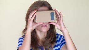 Emocjonalna kobieta używa wirtualnych szkła zbiory wideo