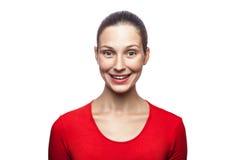 Emocjonalna kobieta z czerwoną koszulką i piegami Fotografia Stock