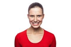 Emocjonalna kobieta z czerwoną koszulką i piegami Zdjęcia Royalty Free