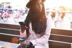 Emocjonalna piękna afro amerykańska kobieta obraz stock