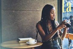 Emocjonalna piękna afro amerykańska kobieta Zdjęcia Stock