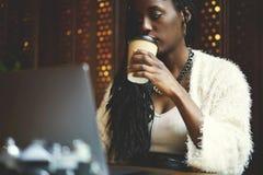Emocjonalna piękna afro amerykańska kobieta Fotografia Stock
