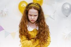 Emocjonalna princess dziewczyna z gniewnym wyrażeniem na twarzy w birthda Zdjęcia Stock