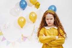 Emocjonalna princess dziewczyna z gniewnym wyrażeniem na twarzy w birthda Zdjęcie Royalty Free