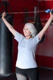 Emocjonalna uradowana kobieta wzrasta skokową arkanę Obrazy Royalty Free