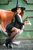 Emocjonalne młode kobiety siedzi na chait w Halloween kostiumach fotografia royalty free