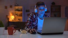 Emocjonalnego nastolatka wygrana gra komputerowa, nieodpowiednia emocjonalna reakcja, nałogowiec zbiory