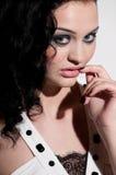 emocjonalnego oczu splendoru dymiąca mody kobieta Obrazy Royalty Free