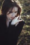 Emocjonalnego portreta kobiety wiatru piękny ekspresyjny włosy zdjęcia stock