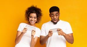 Emocjonalni afroamerykańscy mężczyzny i kobiety dopatrywania wideo online zdjęcia stock