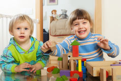 Emocjonalni dzieci bawić się z drewnianymi zabawkami Obraz Royalty Free