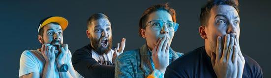 Emocjonalni gniewni mężczyzna krzyczy na błękitnym pracownianym tle obrazy stock
