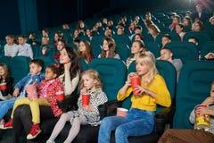 Emocjonalni ludzie ogląda film w nowym kinie obraz stock