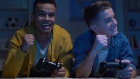 Emocjonalni multiracial męscy przyjaciele wygrywa grę komputerową, czas wolny aktywność zbiory wideo