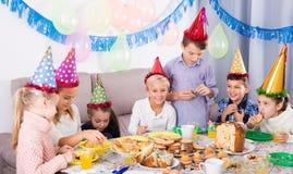 Emocjonalni nastolatkowie ma gościa restauracji urodziny Obraz Stock