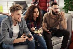 Emocjonalni przyjaciele bawi? si? gra wideo obraz royalty free