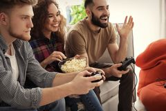 Emocjonalni przyjaciele bawi? si? gra wideo obraz stock