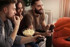 Emocjonalni przyjaciele bawi? si? gra wideo fotografia royalty free