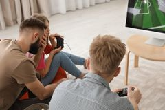 Emocjonalni przyjaciele bawi? si? gra wideo obrazy royalty free
