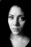 Emocjonalny czarny i biały wizerunek młoda kobieta Fotografia Royalty Free