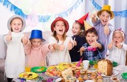 Emocjonalny dzieci szczęśliwi świętować friend's urodzinowych Obrazy Royalty Free