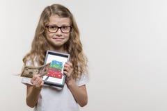Emocjonalny dziewczyny mienia pieniądze i rama z obrazkiem rozsypisko walizki, biały tło zdjęcie stock