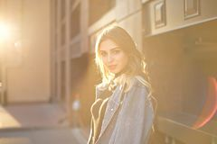 Emocjonalny elegancki portret m?oda blond kobieta na pejza?u miejskiego tle w w g?r? po?o?enia s?o?ca obraz royalty free