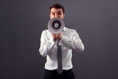 Emocjonalny gniewny mężczyzna krzyczy z megafonem Zdjęcie Royalty Free