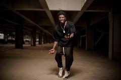 Emocjonalny i gestykuluje młody afro amerykański facet Obrazy Stock
