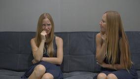 Emocjonalny inteligenci pojęcie Na jeden stronie młoda kobieta uczucie czuje sfrustowanego, przygnębionego, i strach na inny zbiory