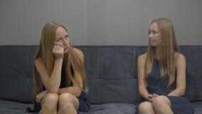 Emocjonalny inteligenci pojęcie Na jeden stronie młodej kobiety uczucia złość wizerunek i stres z drugiej strony zdjęcie wideo