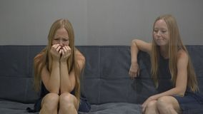 Emocjonalny inteligenci pojęcie Na jeden stronie młodej kobiety uczucie niepokojący z drugiej strony i wprawiać w zakłopotanie wi zbiory