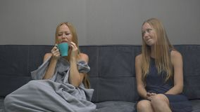 Emocjonalny inteligenci pojęcie Na jeden stronie młoda kobieta uczucie czuje sfrustowanego, przygnębionego, i strach Próbuje zbiory wideo
