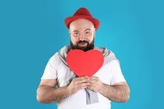 Emocjonalny mężczyzna z papierowym sercem obrazy stock