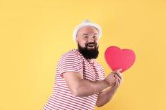 Emocjonalny mężczyzna z serce kształtującym pudełkiem fotografia stock