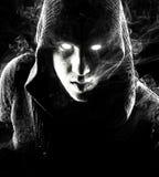 Emocjonalny, młody i atrakcyjny zabójca na czarnym tle, obrazy stock