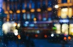 Emocjonalny melancholijny abstrakcjonistyczny tło z defocused światła bokeh w Londyn, UK behind deszcz opuszcza w nadokiennym szk Obraz Stock
