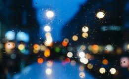 Emocjonalny melancholijny abstrakcjonistyczny tło z defocused światła bokeh w Londyn, UK behind deszcz opuszcza w nadokiennym szk Zdjęcia Royalty Free